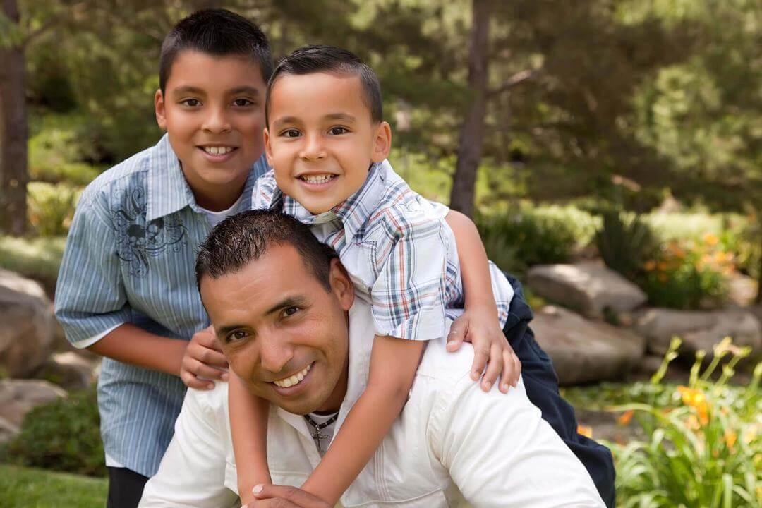 fysisk kontakt för barn: pappa med två söner