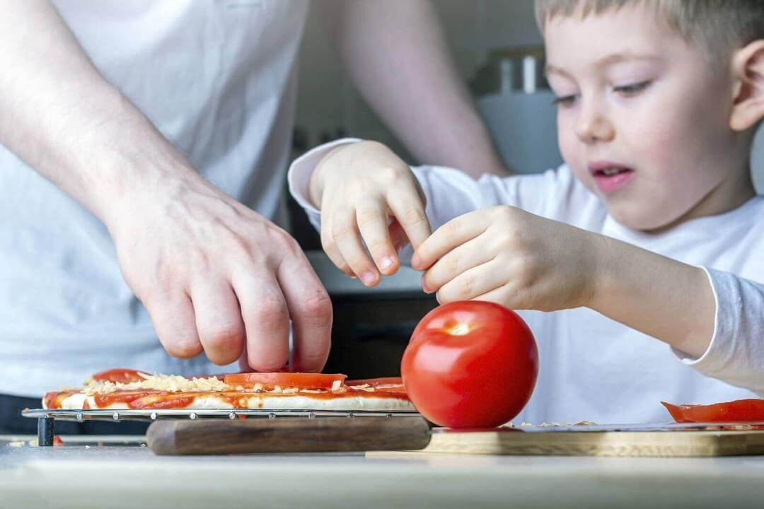 matlagningsaktiviteter för barn: förälder och barn lagar pizza