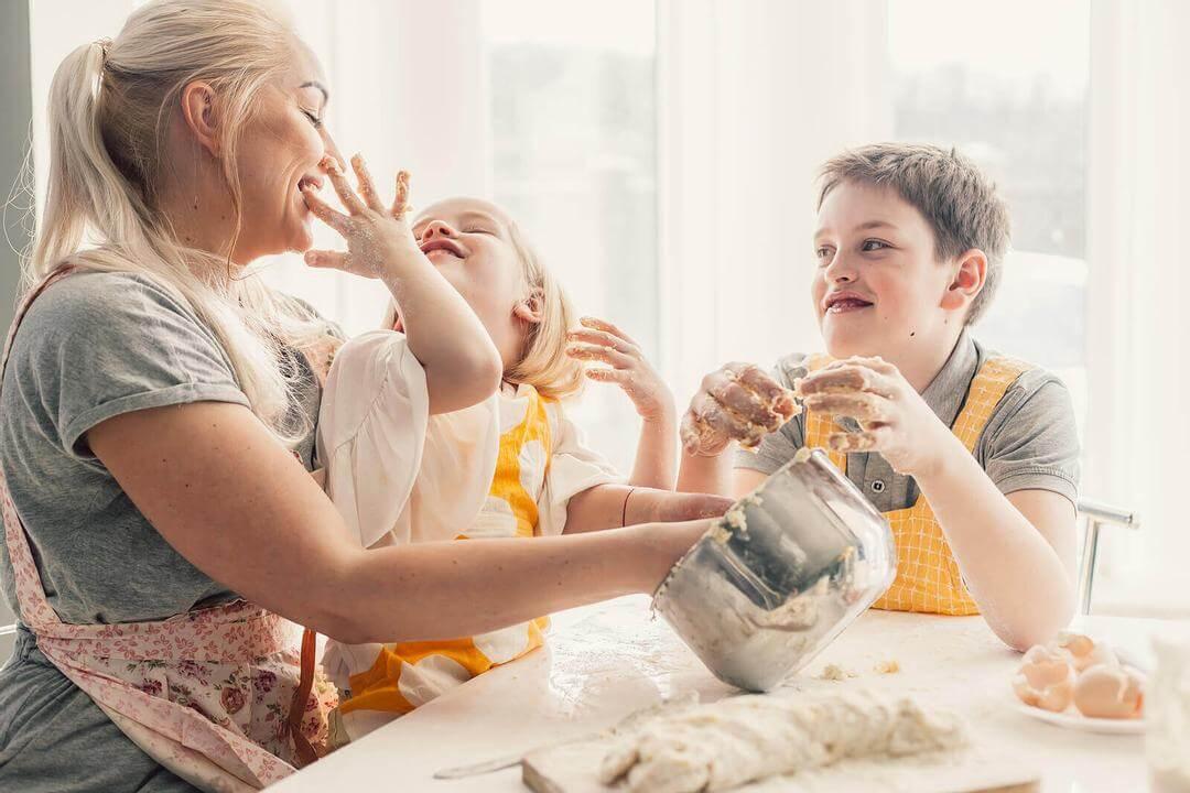 matlagningsaktiviteter för barn: mamma och barn skojar i köket