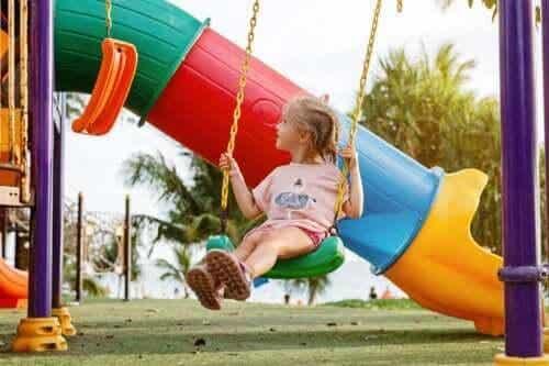 Mitt barn föredrar att leka ensam: Behöver jag vara orolig?