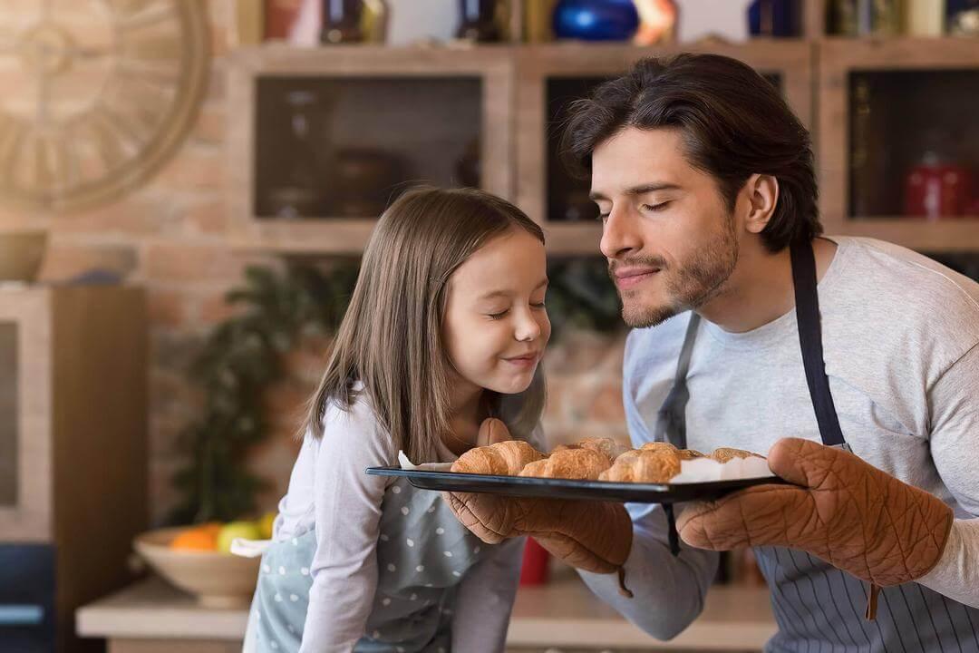 doften av barndomsminnen: pappa och barn luktar på bakverk
