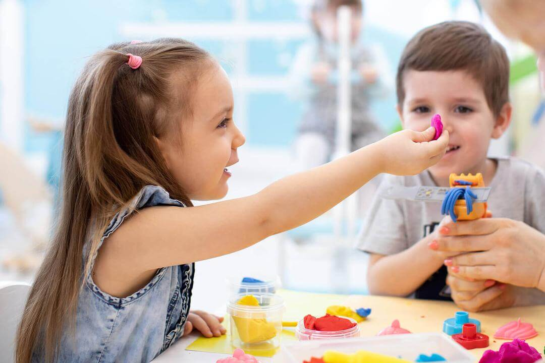doften av barndomsminnen: barn leker med lera