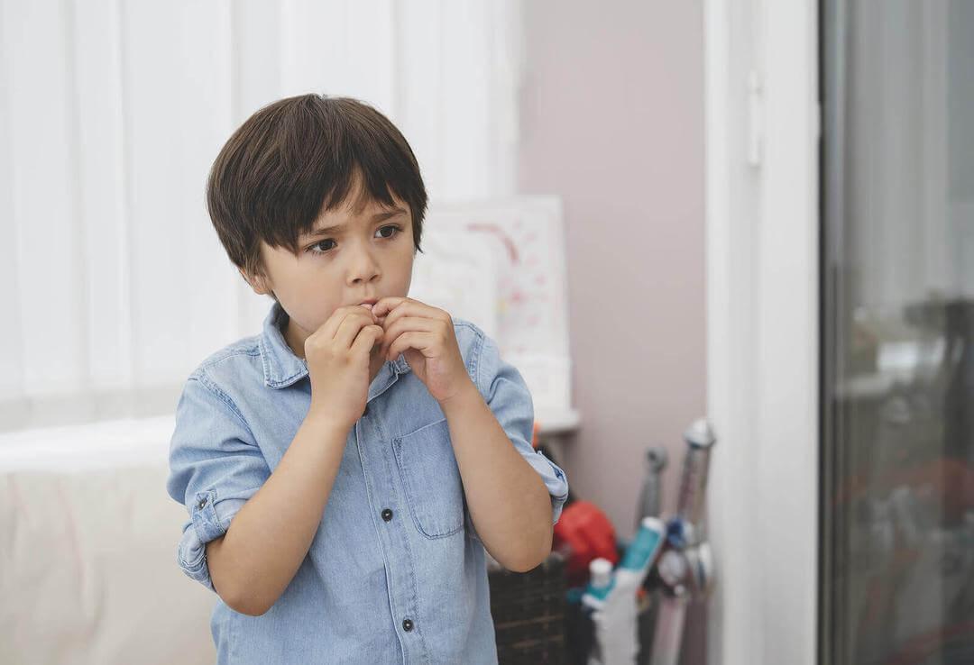 impulsivt beteende hos barn: pojke stoppar något i munnen