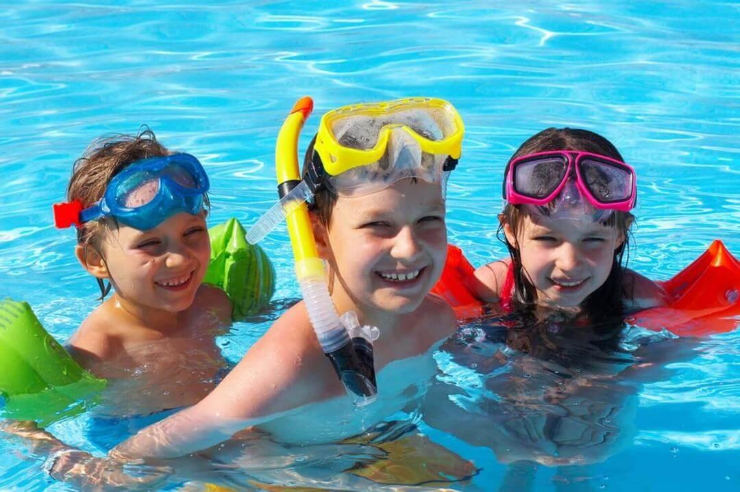 göra vid drunkning: barn i pool