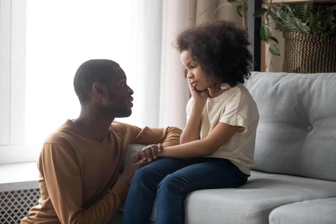 pappa utför disciplin med empati