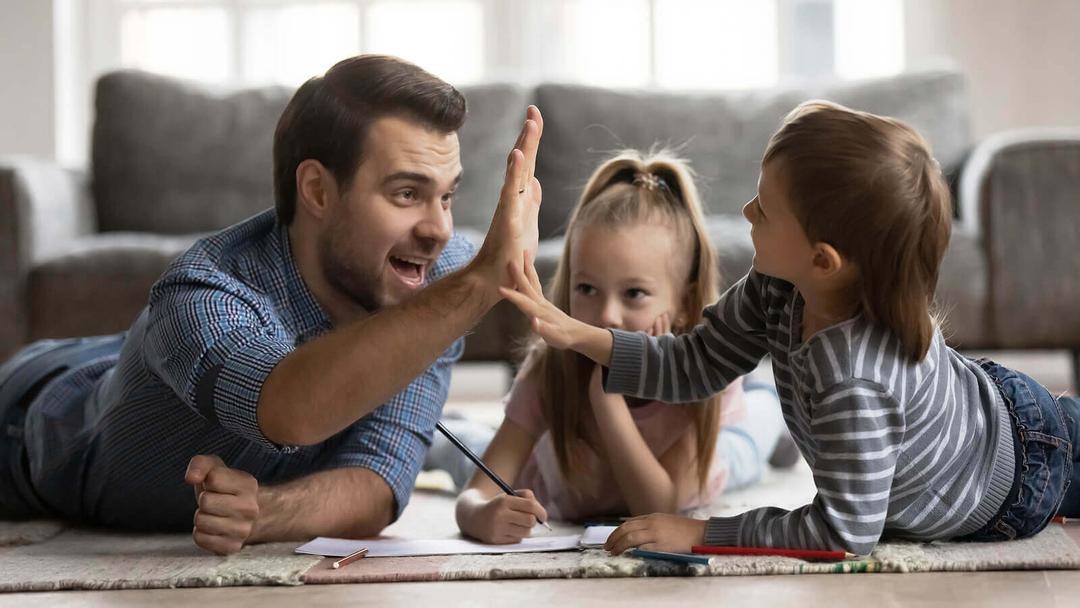 ge dina barn alternativ: pappa leker med barn på golv