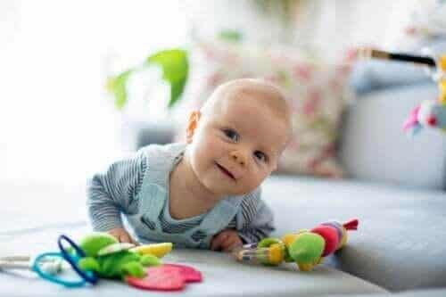 Den tidiga stimuleringen av för tidigt födda barn