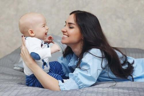 tidiga stimuleringen av för tidigt födda barn: mamma och barn interagerar