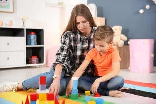 Ett barn med autism bygger med klossar.