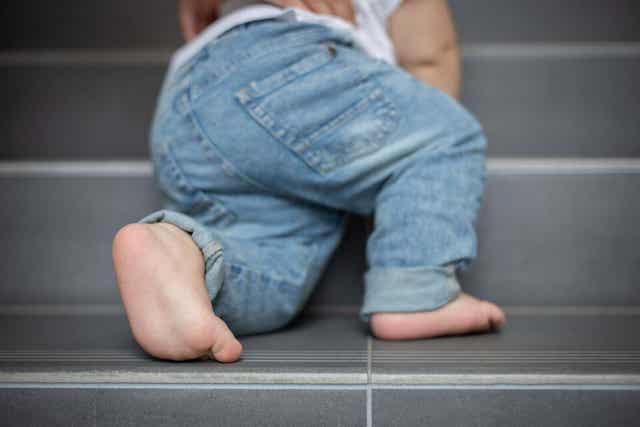 Bebis klättrar i trappen.