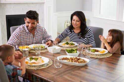 familj vid matbord