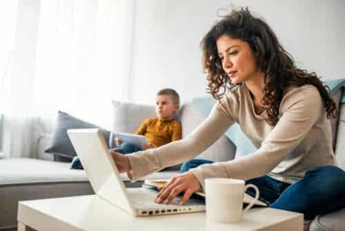 mamma och barn med digitala enheter