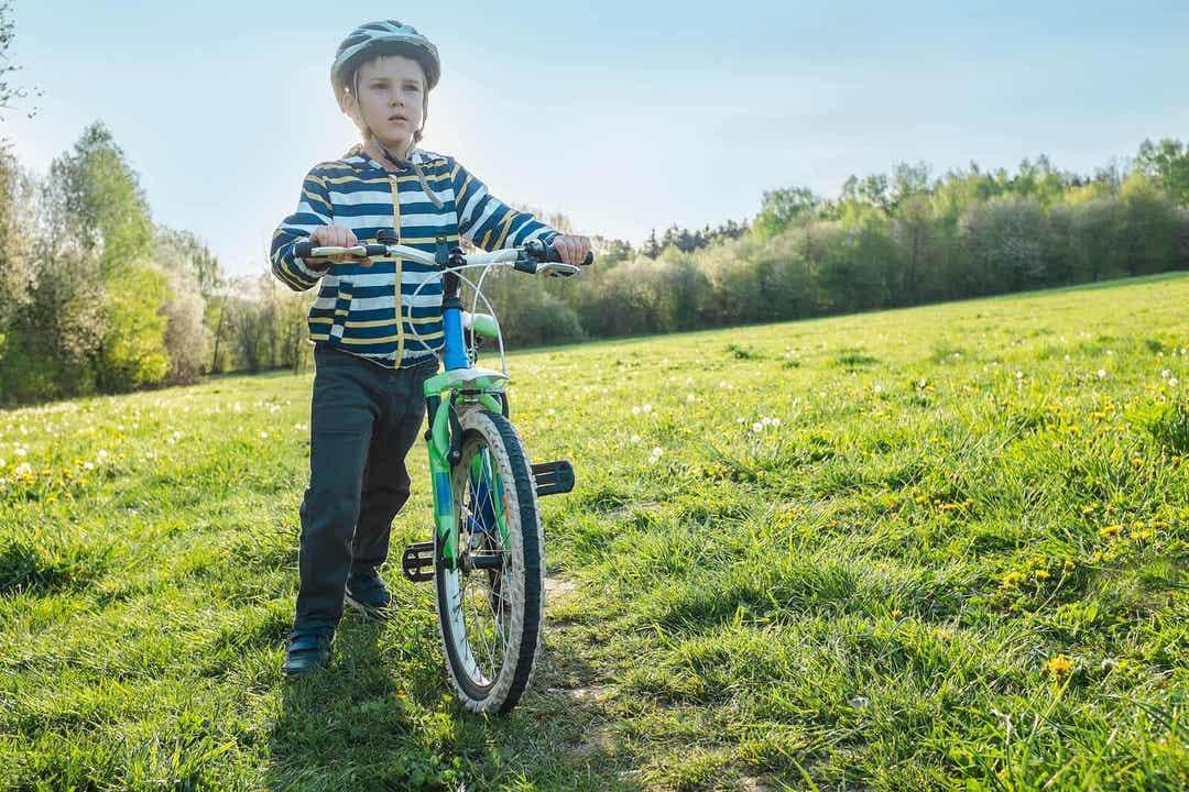 Barn med astma håller i cykel