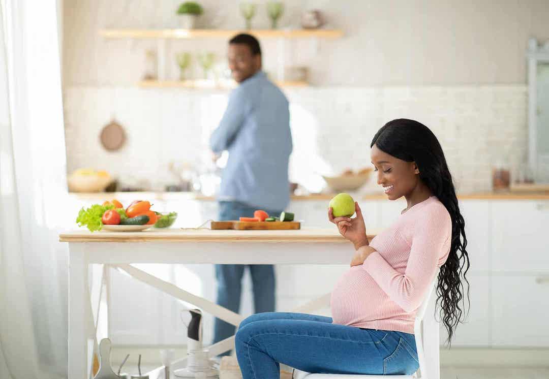 vitamin K under graviditeten: gravid kvinna med äpple