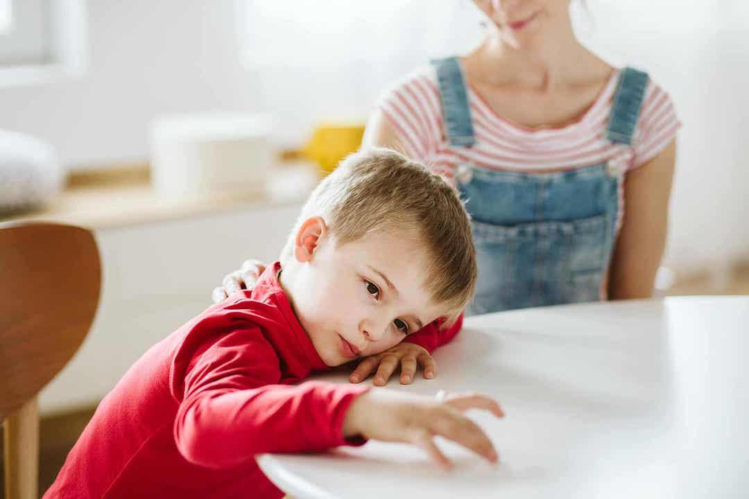 typer av uppmärksamhet: uttråkad pojke vid köksbord
