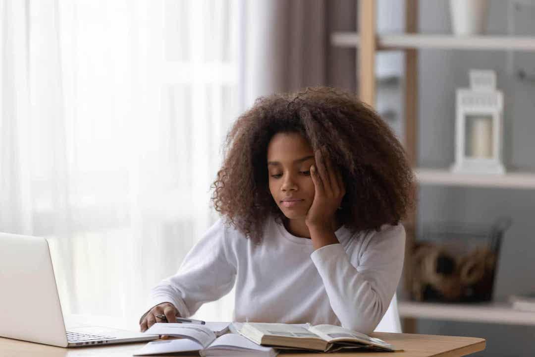 typer av uppmärksamhet: flicka gör läxor