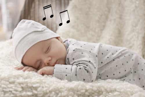 baby sover med noter ovanför