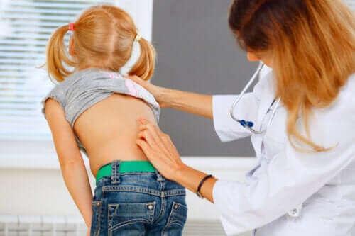 Barn med ont i ryggen: Vad man ska göra (och inte göra)