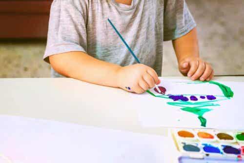 färgerna i ditt barns teckningar: barn målar