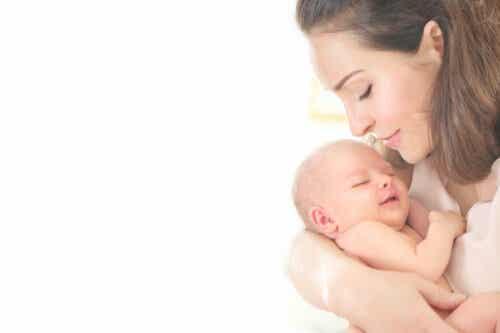 mamma håller nyfödd