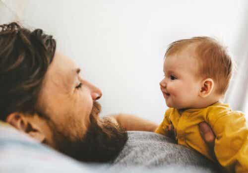 pappa pratar med barn