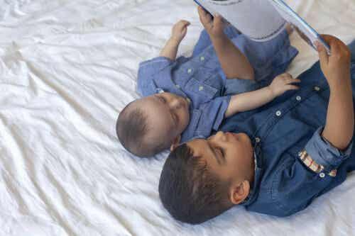 stärka barns kommunikationsförmåga: barn läser