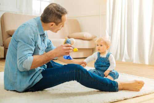 stärka barns kommunikationsförmågor: pappa leker med baby