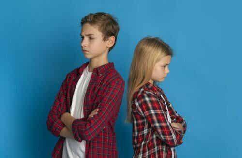 känsla av rättvisa barn med ryggen mot varandra