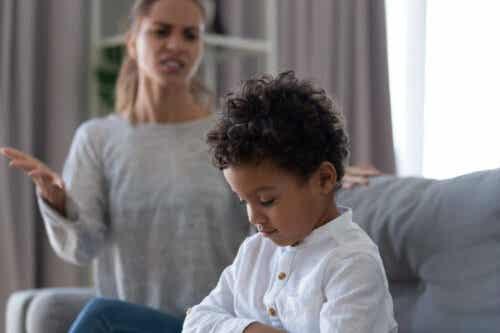 känsla av rättvisa: mamma skäller på barn
