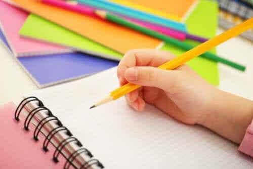spelar spel med hemma med penna och papper