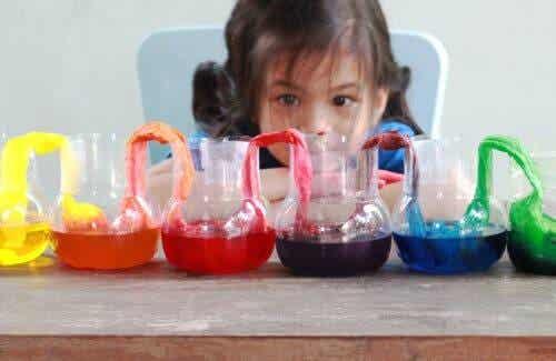 aktiviteter med vatten: barn gör experiment