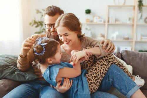 starkare familj i kristider: familj busar i soffa
