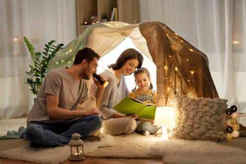 starkare familj i kristider: familj med koja inomhus