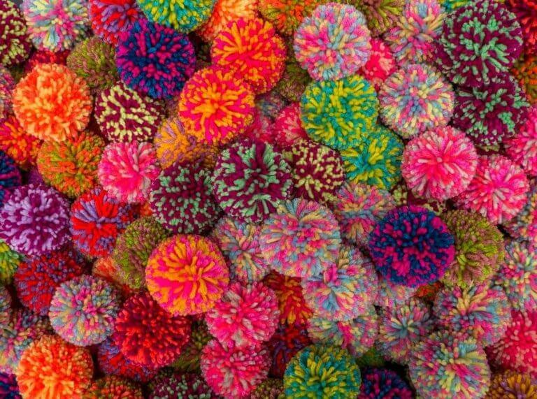 Pyssel dina barn kan göra med garnbollar och pompoms