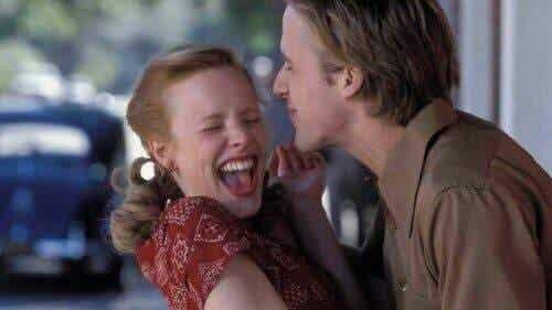 romantiska romaner: par skrattar