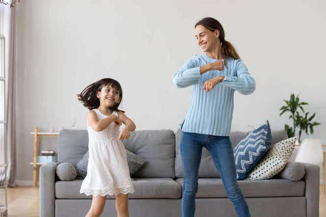 Mamma och dotter dansar tillsammans vilket är en av intelligenserna inom teorin om multipel intelligens.