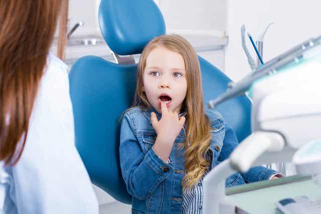 Flicka hos tandläkaren.