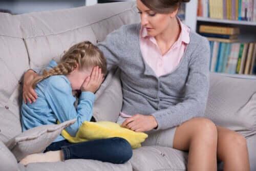 Barn blir tröstad av sin mamma.
