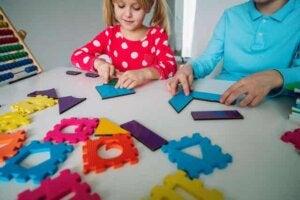 barn lär sig att bli bra på matte genom att leka med former
