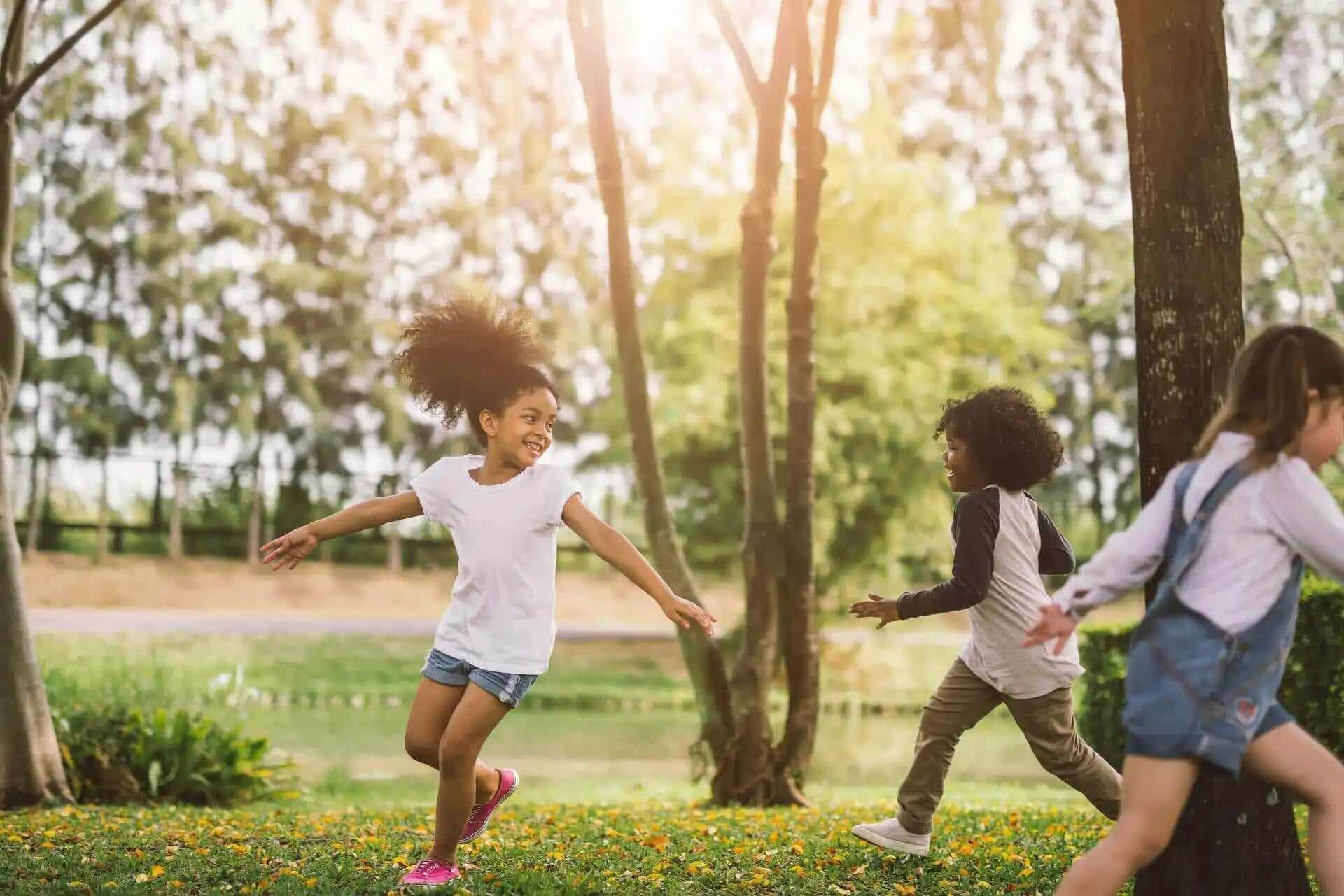 Barn älskar utomhuslekar som livar upp barnkalasen