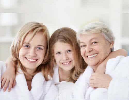 Dotter, mamma och mormor tillsammans.