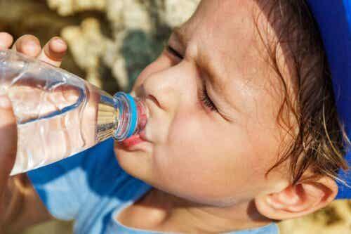 barn dricker vatten