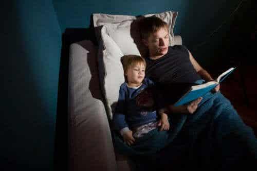 läser sagor i säng