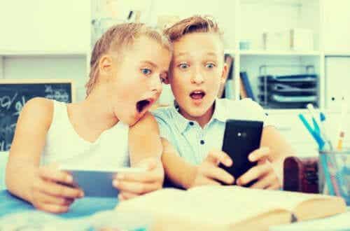 bookstagram-fenomenet: barn häpnar över telefon