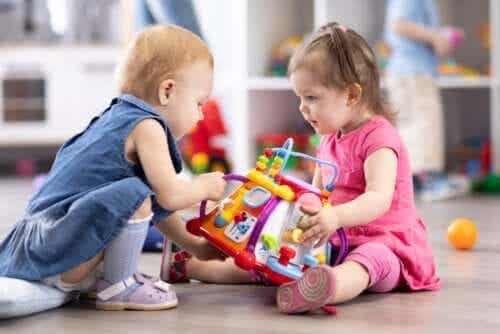 leken som en teknik: två små flickor leker tillsammans