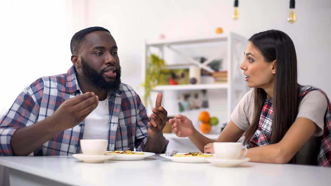 bli vänner igen: par argumenterar vid köksbordet