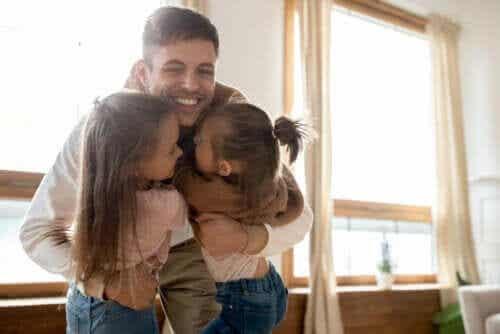 Pappa kramar sina döttrar.