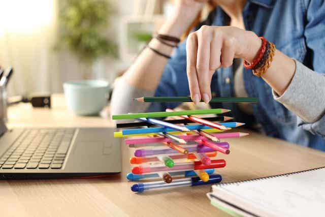 Tonåring staplar pennor istället för att plugga.