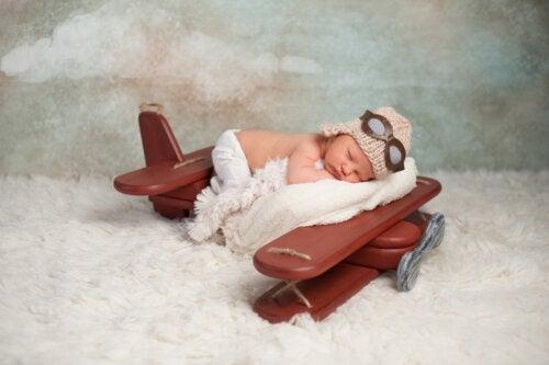 Vid vilken ålder kan en bebis resa med flyg?