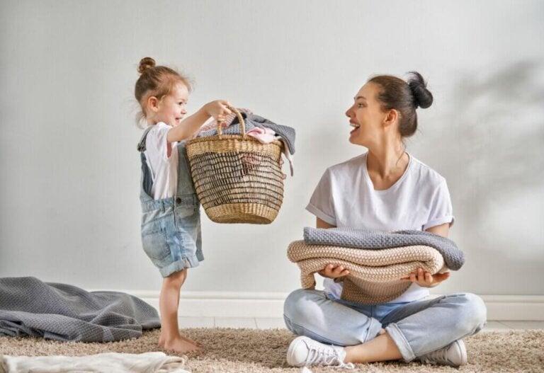 Använd sysselsättningsmetoden för att få dina barn att hjälpa till